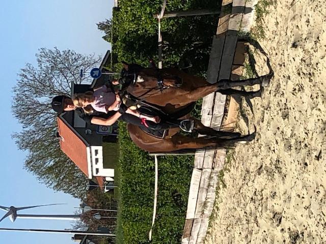 Paardenmeisje Mirthe (3) kan al paardrijden